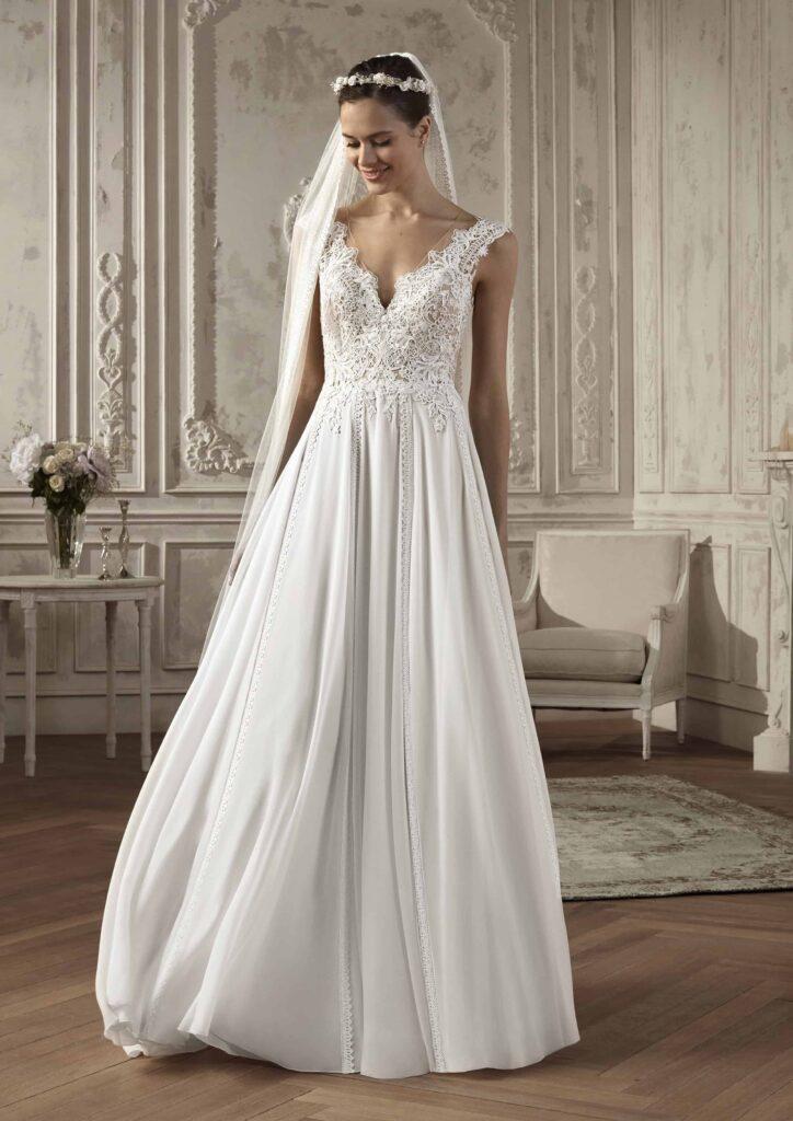 Rochie de mireasă stil prințesă, cu decolteu adânc și spatele gol