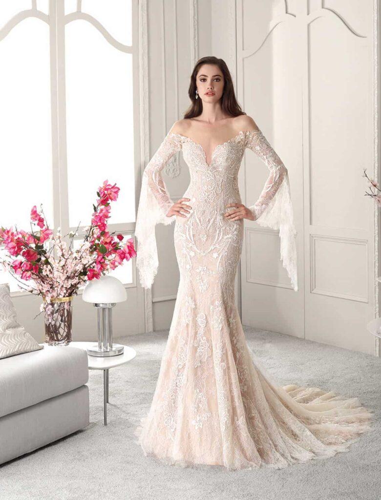 Rochie de mireasă cu mâneci lungi, evazate și spatele gol